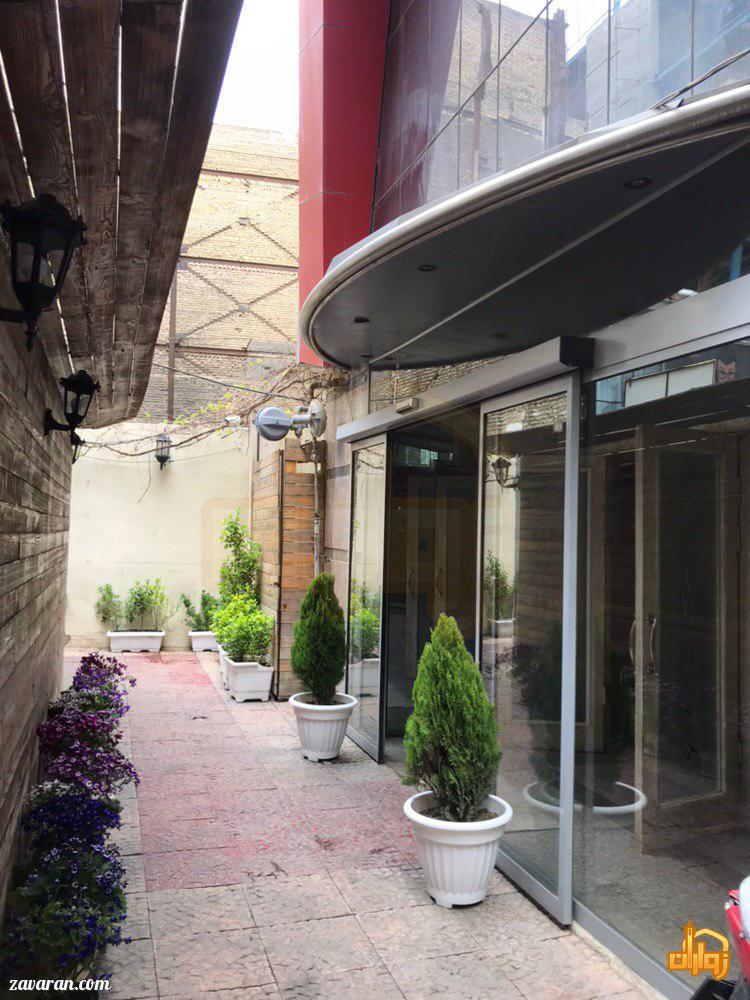 ورودی هتل آپارتمان سفرا طلایی مشهد
